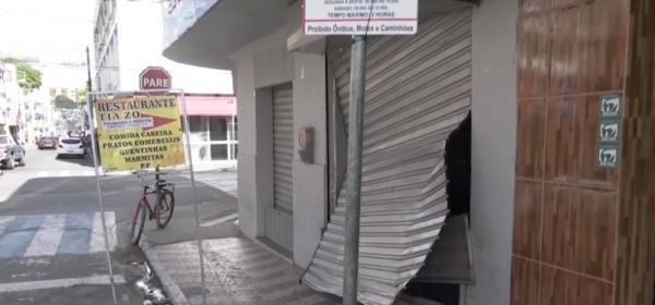 VÍDEO: Câmera de segurança registra momento em que criminosos usam carro para arrombar loja em Itabuna