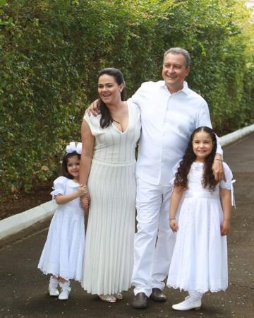 """Rui Costa completa 57 anos e posta foto ao lado da esposa e filhas: """"Amor aqui tem de sobra"""""""