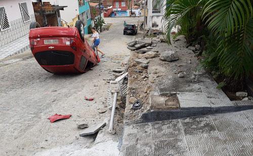 Ipiaú: Carro desce ladeira desgovernado, bate em residência e capota