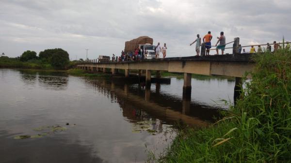 Mulher e criança morrem após veículo cair de ponte