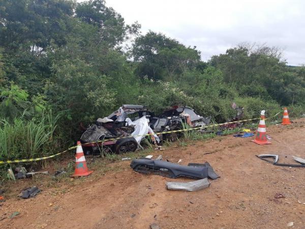 Quatro morrem após batida entre carro e caminhão na BR-116; veículo ficou destruído