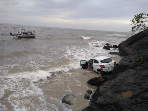 Ilhéus: Carro cai em mar; uma pessoa fica ferida.