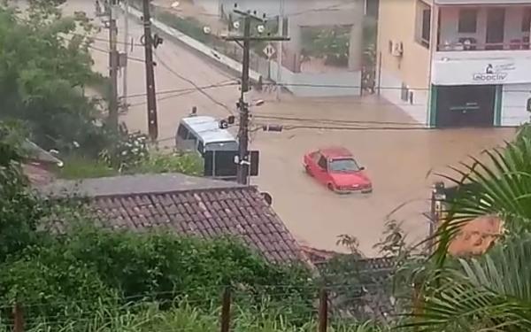 Chuvas deixam ruas de Ubaíra alagadas