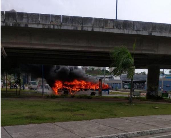 Ônibus pega fogo em Salvador