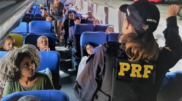PRF realiza ação educativa em transporte coletivo nos terminais rodoviários da Bahia