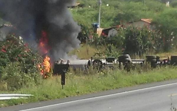 BR 116: Carreta carregada de álcool bate em automóvel e deixa um morto; veículos pegam fogo.