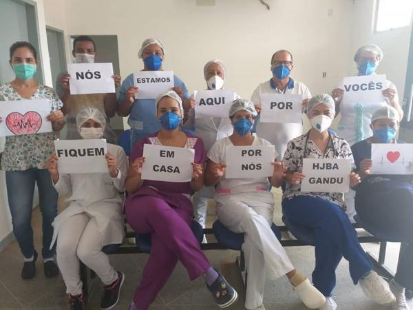 Com cartaz, profissionais de saúde de Gandu faz campanha contra coronavírus: 'Fiquem em casa'