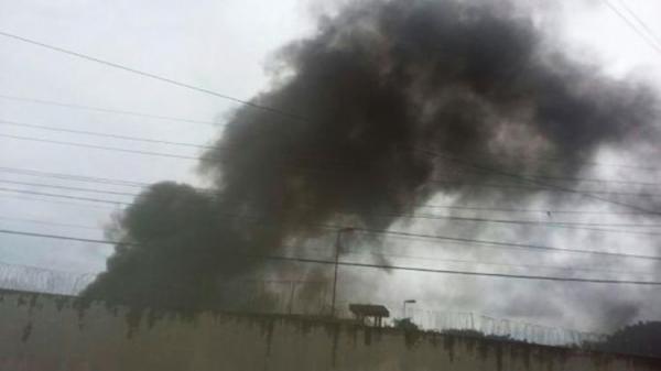 Em rebelião, detentos ateiam fogo em colchões no presídio de Ilhéus; veja o vídeo.
