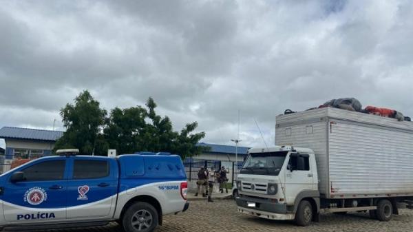Caminhão baú com 32 pessoas é apreendido pela PM em Serrinha