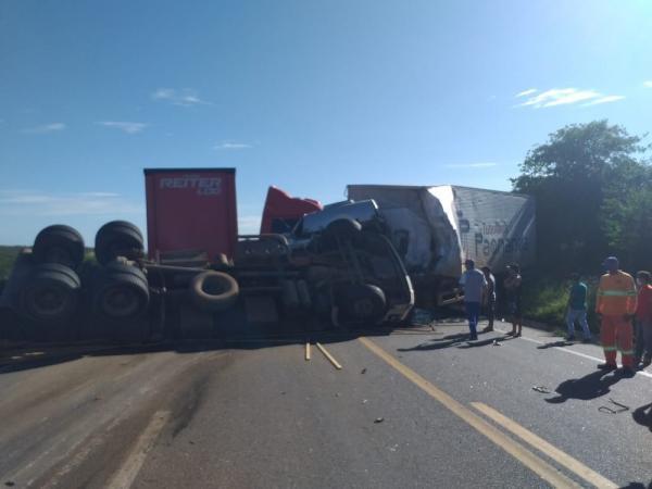 Acidente entre dois caminhões e carreta deixa três mortos na BR-116