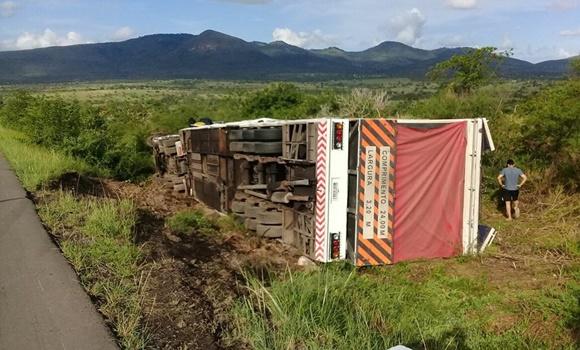 Trio elétrico alugado por Bell Marques e outros artistas, sofreu um acidente e tombou na Bahia.
