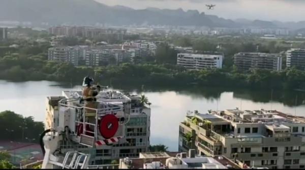 Emocionante: Bombeiro toca clássico de Tom Jobim a 50 metros de altura  e é aplaudido por moradores em quarentena