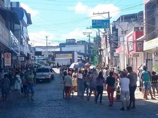 Mesmo em isolamento, Gandu tem fila em bancos e aglomeração em ruas