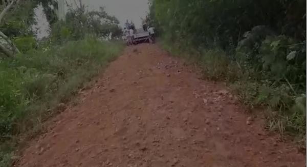 Cansados de esperar o Prefeito de Pirai do Norte cascalhar estradas, os moradores tomam a iniciativa.