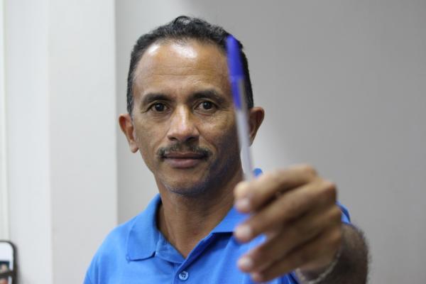 Autor de 'Caneta Azul' usa dinheiro de aluguel para doar cestas básicas