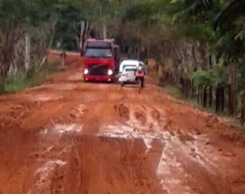 Rodovia BA-120 que liga Ibirataia a Gandu vira  atoleiro