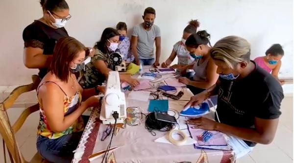 Voluntários em Teolândia fabricam máscaras contra Covid-19.