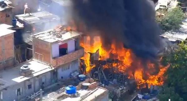 Incêndio atinge comunidade na Zona Norte de SP