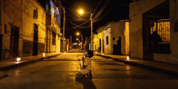 Menino emociona ao se ajoelhar no meio da rua para orar contra a pandemia
