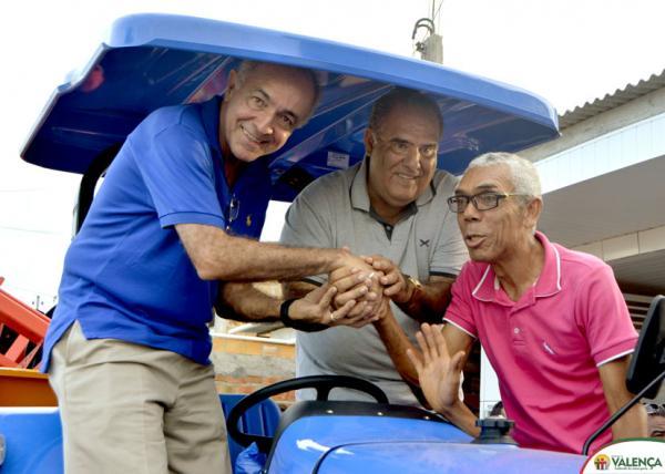Prefeito Ricardo Moura entrega trator e kit de implementos agrícolas à comunidade do Guaibim.