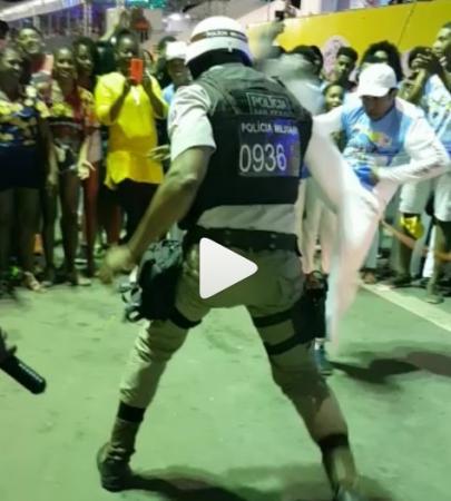 PM fardado joga capoeira com grupo durante patrulha em micareta em Feira