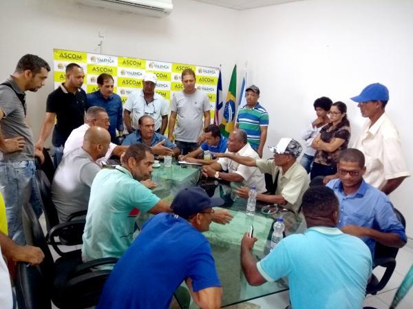 Após vários anos de abandono e sofrimento, agricultores protestam e prefeito atende as reivindicações.