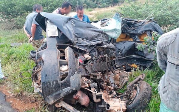 Batida entre caminhonete e uma carreta deixou um homem morto; caminhonete fica destruída.