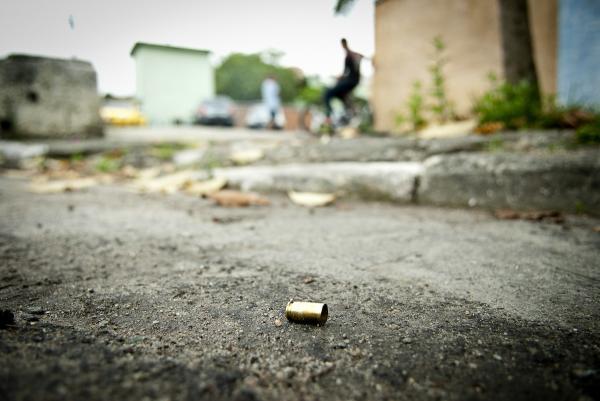 Grupo intercepta táxi e mata jovem na frente da família.