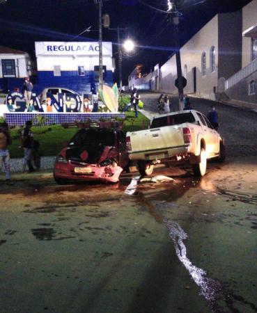 Colisão entre dois carros deixa feridos no centro, em Gandu