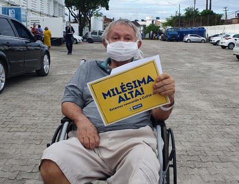 Após vencer o coronavírus, Manoel Leandro do Nascimento, de 76 anos, foi o milésimo paciente liberado das novas unidades de saúde construídas pela Prefeitura