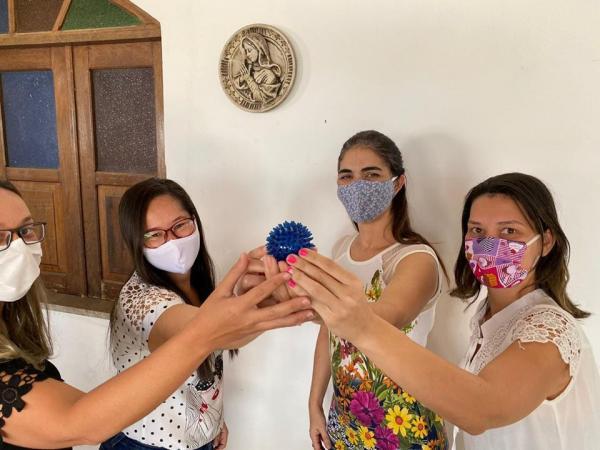 Com 'miniatura do coronavírus' nas mãos, prefeita e equipe comemora  não ter casos de covid-19 em Itamari.