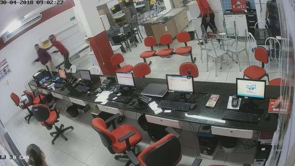 Bandidos assaltam loja de eletrodomésticos; R$ 12 mil foram levados.