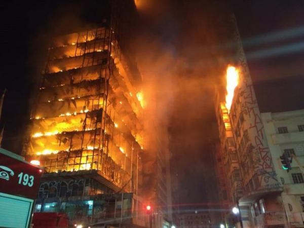 Em fotos, prédio de 26 andares em chamas desaba no centro de São Paulo