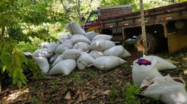 PM recupera caminhão e carga de cacau roubados, em Ituberá
