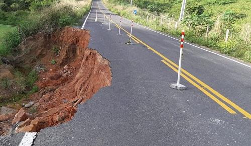 Dário Meira: Cratera formada há mais de 2 meses na BA-650 ameaça condutores de veículos