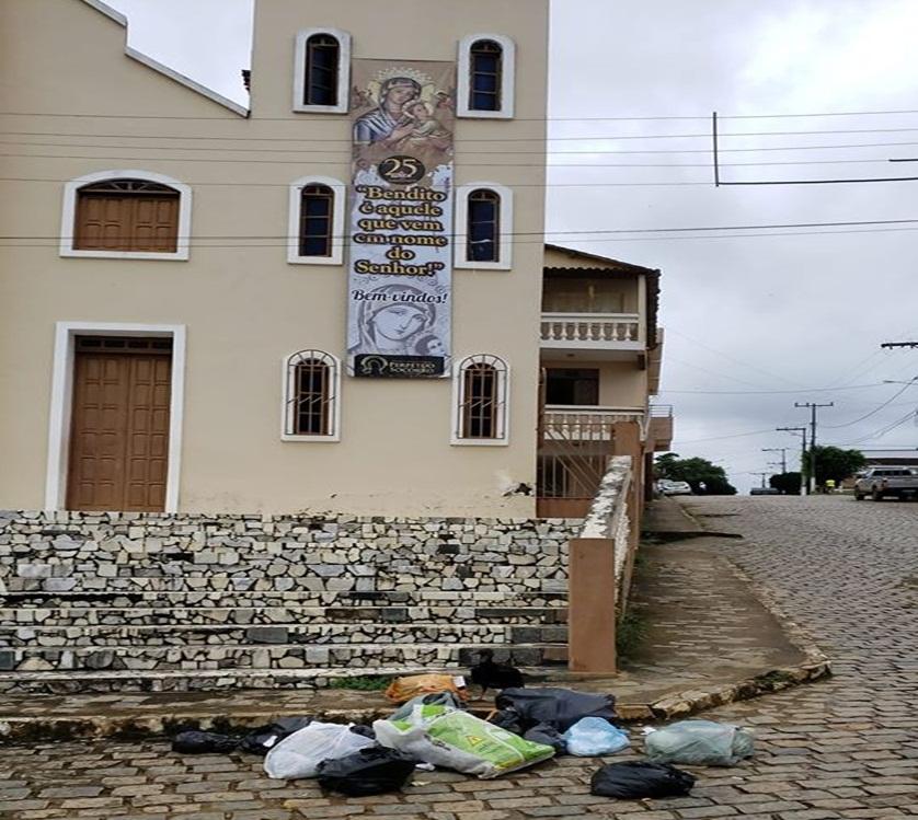 Internauta flagra descarte irregular de lixo em frente a Igreja, em Itamari.