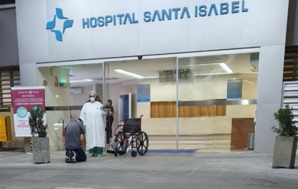 Médico recuperado da Covid-19 se ajoelha para agradecer a Deus ao receber alta