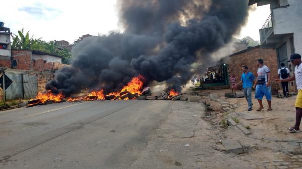 Caminhoneiros bloqueiam BR 101; protesto contra aumento do diesel