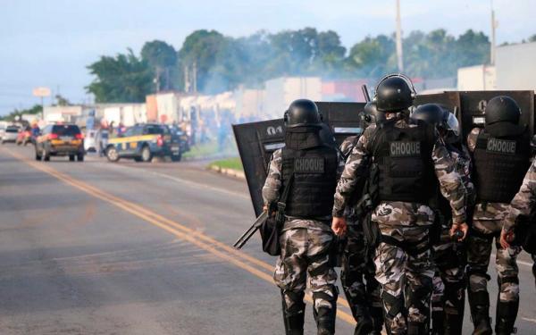 Batalhão de choque usa bombas de gás lacrimogêneo e dispersa bloqueio na BR-101