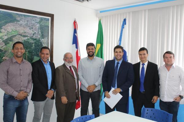 Prefeito de Gandu assina termo de doação de terreno para construção da sede da OAB.