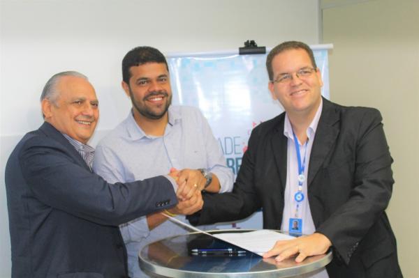 """Prefeito de Gandu assina convênio com o SEBRAE para implantação do programa """"Cidade Empreendedora""""."""