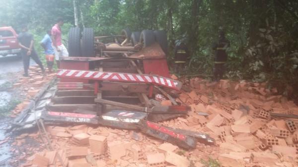 Em Itacaré, acidente com caminhão deixa um jovem morto e outra pessoa ferida.