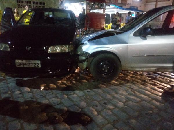 Acidente entre dois carros deixa um ferido no Centro em Gandu