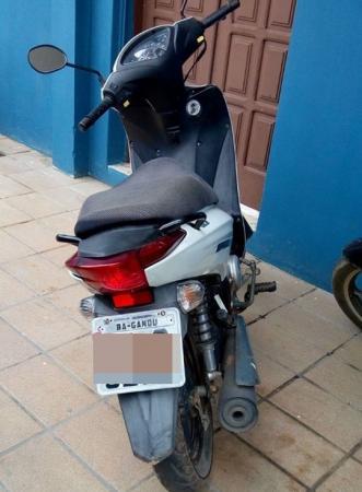 Após denúncia anônima, polícia recupera motocicleta roubada.