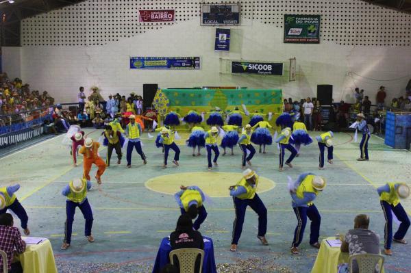 Organizado pela Prefeitura e Secretaria da Cultura, 8ª edição do concurso de Quadrilhas Juninas de Gandu leva uma multidão ao ginásio de esportes.