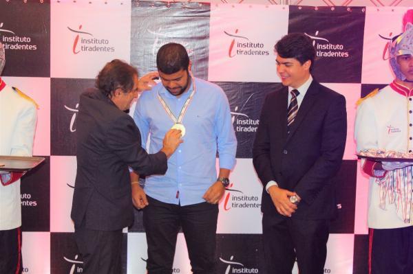 Medalha Tiradentes: Prefeito de Gandu recebe prêmio pela aprovação e reconhecimento da gestão.