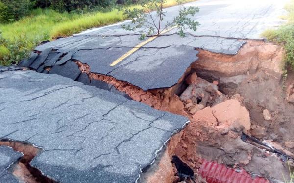 Chuva interdita trecho de rodovia e deixa famílias desabrigadas na Bahia.