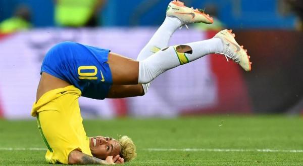 Mimado, resmungão, dramático e trapaceiro, diz impresa sobre Neymar