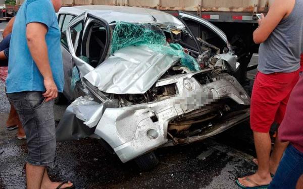 Uma mulher morreu após carro bater de frente com caminhão; homem fica ferido.