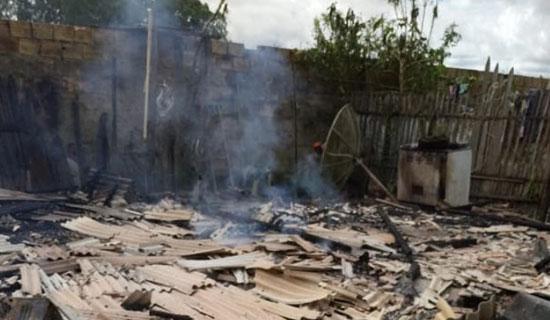 Inconformado com fim do relacionamento, homem toca fogo na casa e deixa ex-mulher e filhos desabrigados